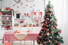 内部浅灰色的厨房和红色圣诞节装饰 在家准备午餐在厨房概念 库存照片
