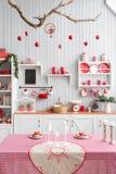 内部浅灰色的厨房和红色圣诞节装饰 在家准备午餐在厨房概念 库存图片