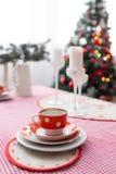内部浅灰色的厨房和红色圣诞节装饰 在家准备午餐在厨房概念 图库摄影