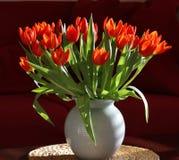内部现代橙色郁金香花瓶 库存照片
