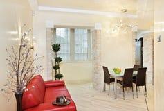 内部现代红色沙发工作室 免版税库存图片