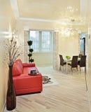 内部现代红色沙发工作室 库存照片