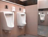 内部现代休息室行尿壶 免版税库存图片