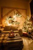 内部现代家庭客厅的镇静图象装饰了圣诞树和礼物,沙发,用毯子盖的桌 免版税库存图片
