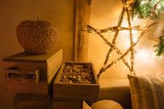 内部现代家庭客厅的镇静图象装饰了圣诞树和礼物,沙发,用毯子盖的桌 免版税图库摄影