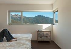 内部现代房子,卧室 免版税库存图片