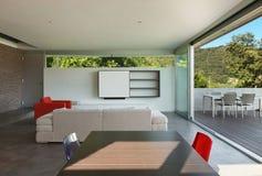 内部现代房子,客厅 免版税库存照片