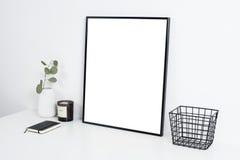 内部白色的办公室,与海报artw的时髦的工作表空间 免版税图库摄影