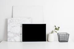 内部白色的办公室,与海报artw的时髦的工作表空间 免版税库存照片