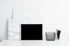 内部白色的办公室,与海报artw的时髦的工作表空间 免版税库存图片