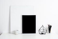 内部白色的办公室,与海报artw的时髦的工作表空间 图库摄影