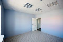 内部的办公室,现代建筑 免版税库存照片