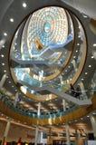 内部的图书馆,壮观的玻璃圆顶天花板 免版税库存照片