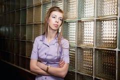内部的金发碧眼的女人 免版税图库摄影
