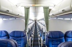内部的经济舱的看法从业务分类的和看法在飞机的 免版税库存照片