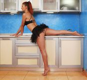 内部的年轻红发芭蕾舞女演员 库存照片