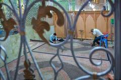 内部看法里面清真寺和香客,透雕细工篱芭 库存图片