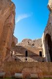 从内部砖墙和专栏的废墟在Caracalla春天 免版税库存图片