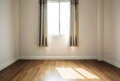 内部空间,空的室,与接受阳光的被打开的窗口的层压制品的木地板早晨 库存图片