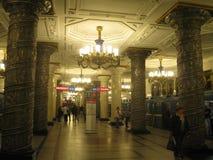 内部老地铁车站在圣彼德堡,俄罗斯 免版税库存图片