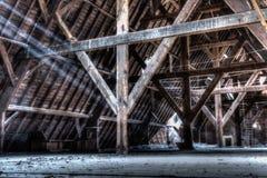 内部老多灰尘的阁楼 免版税库存照片
