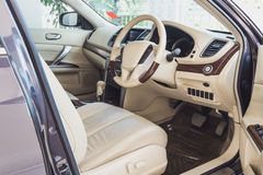 内部老豪华现代的汽车,米黄颜色 免版税库存照片