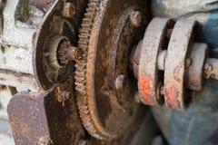内部被放弃的工厂,生锈的机器齿轮 免版税图库摄影