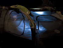 内部被点燃的晚上帐篷 库存照片