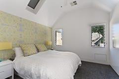内部装饰业: 现代卧室 免版税库存图片