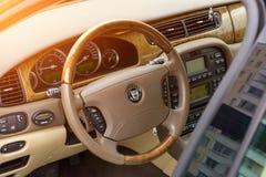 内部观点的明亮地绿色捷豹汽车S型2007年 免版税图库摄影