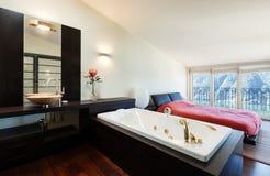 内部豪华公寓,极可意浴缸 免版税库存照片