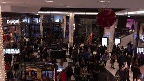 内部购物'柏林购物中心'繁忙与做他们的圣诞节购物的许多人 股票录像