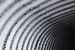 内部钢的隧道,波纹状的曲拱 库存图片