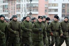 内部队伍行军的战士 游行的准备11月7日在红场 库存图片