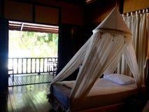内部陈设品卧室床私有阳台海滩前的瑞士山中的牧人小屋 免版税库存照片