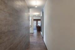 内部,有大理石墙壁的长的走廊 图库摄影
