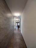 内部,有大理石墙壁的长的走廊 库存图片