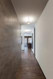 内部,有大理石墙壁的长的走廊 免版税库存图片