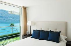内部,现代apartmen,卧室 免版税库存照片