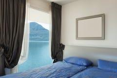 内部,美丽的现代apartmen,卧室 库存图片
