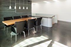 内部,美丽的现代apartmen 免版税图库摄影