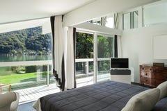 内部,舒适的卧室 库存照片