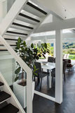 内部,从台阶的客厅视图 免版税库存图片