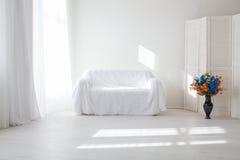 内部绝尘室沙发窗口花瓶 免版税图库摄影