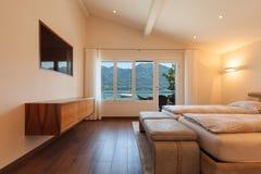 内部建筑学,卧室,湖视图 库存照片