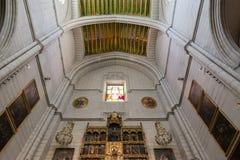 内部细节法坛在Almudena大教堂,马德里里 免版税库存照片