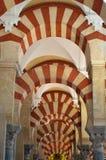 内部-著名双重拱道在梅斯基塔科多巴,安达卢西亚,西班牙 免版税库存照片
