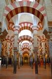 内部-著名双重archwaysat梅斯基塔科多巴,安达卢西亚,西班牙 免版税库存照片