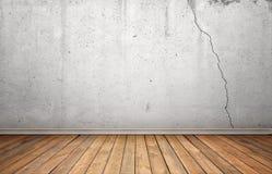 内部翻译与白色水泥破裂的墙壁和木地板的 库存图片