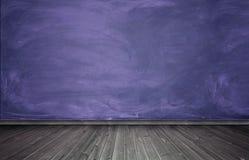 内部翻译与紫色混凝土墙和木地板的 库存图片